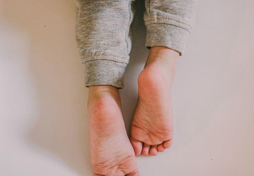 Čo je zlé na plochých nohách dieťatka?
